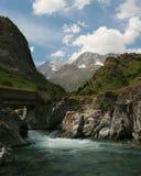 比利牛斯的惊人的山风景有一座桥梁的在河 免版税库存图片