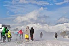 比利牛斯,安道尔- 2017年2月12日:下降上面的滑雪者 库存图片