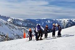 比利牛斯,安道尔- 2017年2月11日:小组滑雪的孩子 图库摄影