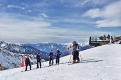 比利牛斯,安道尔- 2017年2月11日:小组滑雪的孩子 免版税库存照片