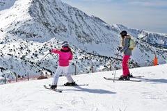 比利牛斯,安道尔- 2017年2月11日:滑雪者lo的两个女孩 图库摄影