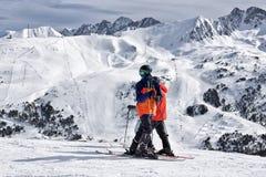 比利牛斯,安道尔- 2017年2月10日:s的两个年轻人滑雪者 免版税库存图片