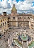 比勒陀利亚喷泉看法有圣朱塞佩dei Teatini教会的从圣诞老人Caterina教会屋顶在巴勒莫 库存图片