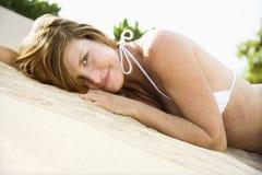 比基尼泳装俏丽的妇女 免版税图库摄影