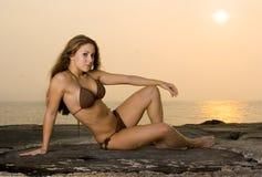 比基尼泳装可爱的妇女年轻人 免版税库存照片