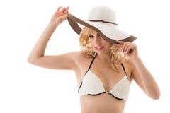 比基尼泳装和帽子的嬉戏的好白肤金发的女孩 库存照片