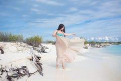 比基尼泳装和长的裙子的年轻可爱的妇女 美女享用夏天太阳 免版税图库摄影