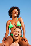 比基尼泳装女孩坐夏天的人肩膀 库存照片