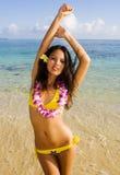 比基尼泳装女孩玻利尼西亚黄色 免版税库存照片