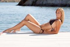 比基尼泳装性感的妇女 免版税图库摄影
