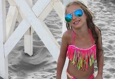 比基尼泳装摆在的美丽的小女孩 库存图片