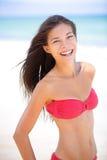 比基尼泳装海滩亚洲白种人妇女微笑愉快 库存图片