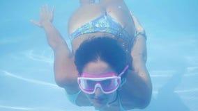 比基尼泳装潜水的性感的女孩在水池 影视素材