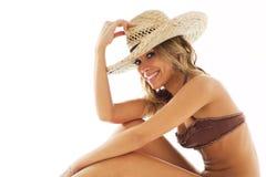 比基尼泳装白肤金发的帽子秸杆妇女 图库摄影