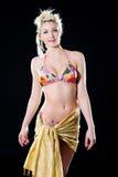 比基尼泳装白肤金发的微笑甜点妇女 免版税库存图片