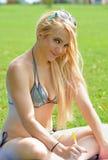 比基尼泳装白肤金发的性感的妇女 免版税库存照片