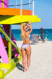 比基尼泳装的一名妇女在迈阿密海滩 图库摄影