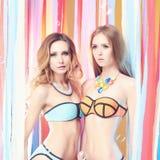比基尼泳装的两个女孩在党 免版税图库摄影