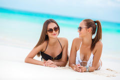比基尼泳装的两名肉欲的妇女在海滩 库存照片