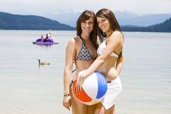 比基尼泳装的二名美丽的妇女 免版税图库摄影