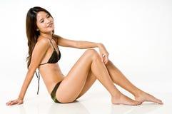 比基尼泳装的亚裔妇女 免版税库存图片