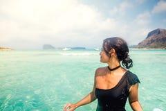 比基尼泳装的享用海水的性感的妇女画象在度假 夏天画象 图库摄影