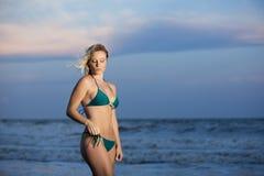 比基尼泳装的十几岁的女孩在海滩 免版税库存图片