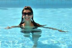 比基尼泳装的可爱的好女孩在水池 图库摄影