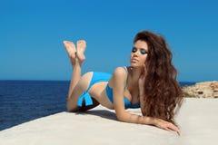 比基尼泳装的夏天画象美丽的妇女有构成和长的w的 库存图片