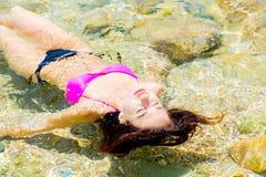 比基尼泳装的女孩在水中 图库摄影