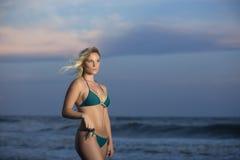 比基尼泳装的女孩在海滩 免版税库存图片