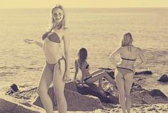 比基尼泳装的女孩在海滩 库存图片