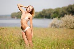 比基尼泳装的女孩在草甸 库存照片