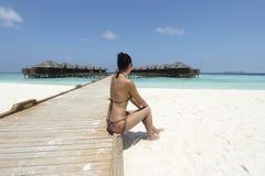 比基尼泳装的女孩在马尔代夫手段 库存照片