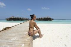比基尼泳装的女孩在马尔代夫手段 免版税库存照片