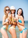 比基尼泳装的女孩有在海滩的冰淇凌的 免版税库存照片