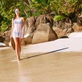 比基尼泳装的妇女在塞舌尔群岛的海滩 免版税库存照片