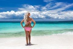 比基尼泳装的妇女在热带海滩,菲律宾 免版税图库摄影
