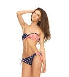 比基尼泳装的妇女有美国国旗的 免版税图库摄影