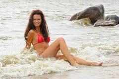 比基尼泳装的妇女海上 免版税图库摄影