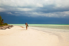 比基尼泳装的小姐摄影师在加勒比tropica走 免版税库存照片