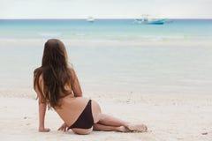 比基尼泳装的少妇在热带boracay海滩 库存图片