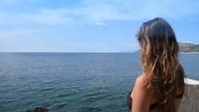 比基尼泳装的少妇在阳台出来享用公海 影视素材
