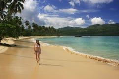比基尼泳装的少妇走在林孔海滩, Samana半岛的 免版税库存图片