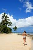 比基尼泳装的少妇走在海滩的在Makaha& x27; 海岛ne 免版税库存照片