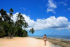 比基尼泳装的少妇走在海滩的在Makaha `海岛ne 库存图片