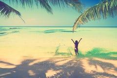 比基尼泳装的年轻美丽的亚裔女孩享受在热带天堂海滩的暑假 暑假和生活方式概念 免版税库存照片