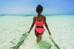 比基尼泳装的年轻美丽的亚裔女孩享受在热带海滩的暑假 暑假和生活方式概念 免版税图库摄影