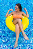 比基尼泳装的性感的妇女享用夏天太阳和晒黑在水池的假日期间的 顶视图 池游泳妇女 biki的性感的妇女 免版税图库摄影