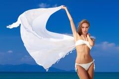 比基尼泳装的性感的妇女有白色围巾的 免版税图库摄影